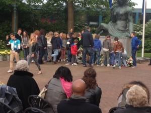 Kinderen van de Herman Gorterschool leggen bloemen bij het monument