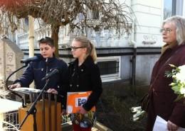 Eser Öszahin en Marinke van Esveld lezen hun gedichten voor. Rechts organisator Greet Plekker-van Sante.